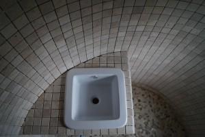 Douche italienne dans la tour d'un château Mosaïque pierre naturelle 5x5 Galet plat Tablette panneaux luxe